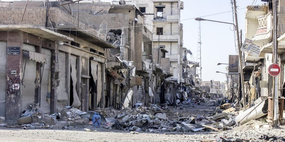 拉卡市在上次戰事中被毀的街道,如今仍是空蕩一片。人們不會走進這裡,因為這裡的戰爭遺跡、爆裂物和詭雷仍有待清除。©Diala Ghassan/MSF