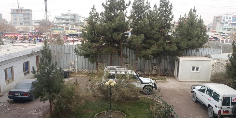 基於安全理由,國際救援人員不可擅自離開醫院,只能從醫院遠眺外面的情況。相片來源:林素靜