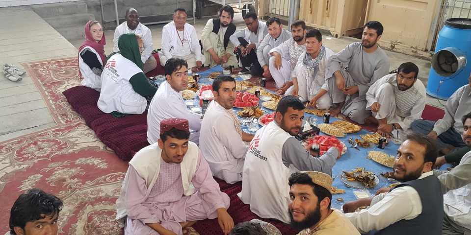 無國界醫生的國際救援人員及當地員工一起用餐。相片來源:林素靜