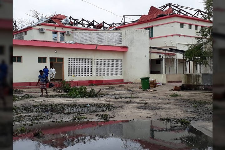 莫三比克貝拉市的衛生中心在風災中受損,屋頂被毀。© MSF