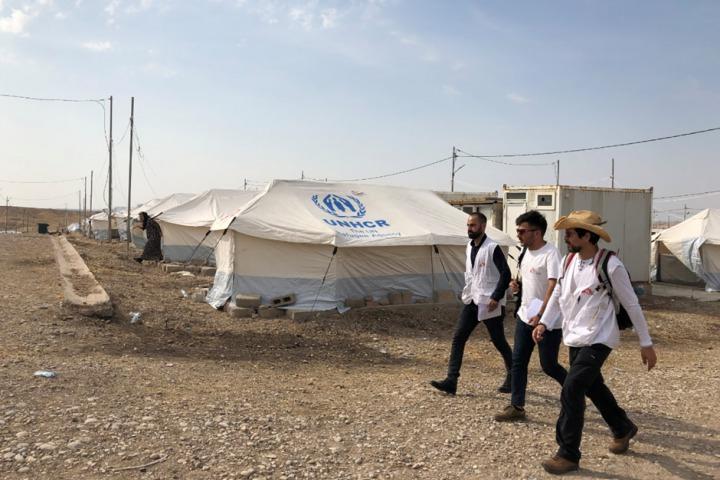 賈馬勒(中)及賈拉勒(左)在巴爾達拉什(Bardarash)難民營開始他們的一天,同行的還有在MSF負責精神健康相關活動的布魯諾(Bruno,右)。