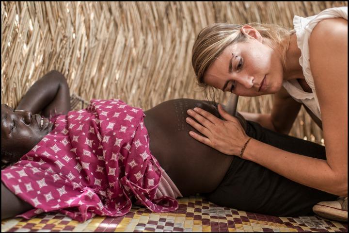 一名無國界醫生的助產士正在檢查一名孕婦。© Matthias Steinbach