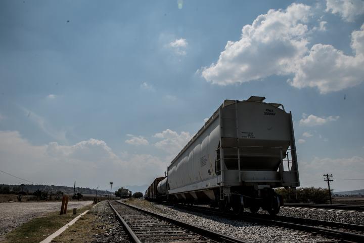 一輛空貨運列車停在薇薇多卡(Huehuetoca)移民暫居處附近的軌道上,距離墨西哥城約兩小時車程。以往他們會利用火車,但現在他們選擇比較隱蔽、也是比較危險的路線。© Marta Soszynska/MSF