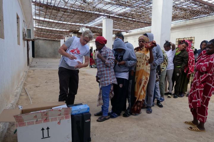一名無國界醫生人員聆聽40名同住在拘留所的婦女的醫療需求。她們本來有120人一同離開奈及利亞,但途中被迫分開。© Tankred Stoebe/MSF