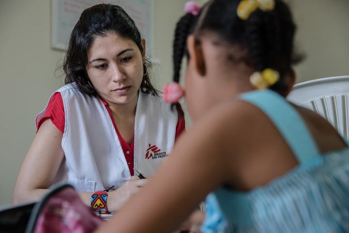 無國界醫生心理學家馬丁內斯為一位八歲女童診症,這女童由其學校轉介,懷疑是性侵受害者。 © Marta Soszynska/MSF