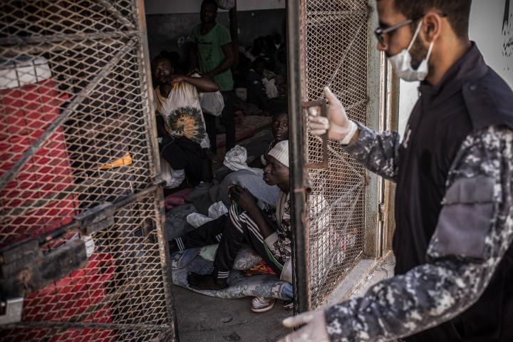 在利比亞的黎波里其中一所拘留中心內,一名守衛正關上拘留室的大門。 © Guillaume Binet/Myop