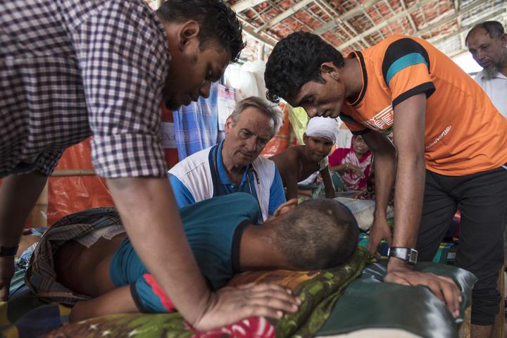 在庫圖巴朗的無國界醫生醫療設施,克羅斯醫生正照顧一名股骨骨折的病人。© Paula Bronstein/Getty Images