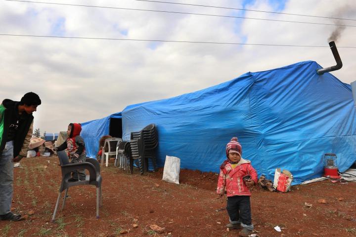 很多家庭被迫擠在一個帳篷裡,幾乎沒有放東西的地方,只能堆在外面。©Omar Haj Kadour/MSF