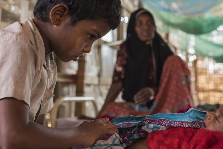 胡梅拉和她的孩子。三個半月大的女兒營養不良、身體虛弱。©Anna Surinyach