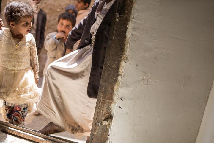 資料照片:2018年3月攝於葉門阿姆蘭省,醫院門口外等候的小女孩。©Agnes Varraine-Leca/MSF