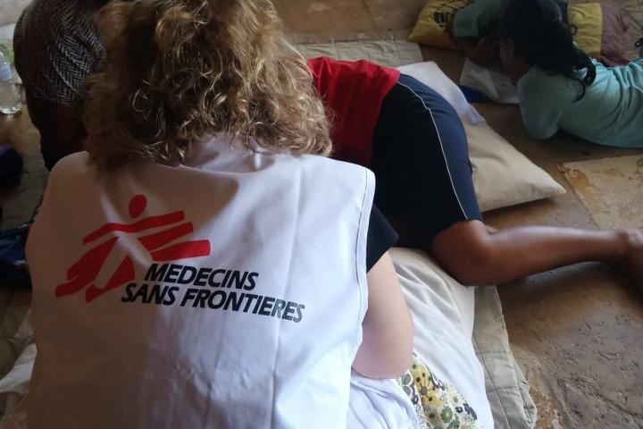 無國界醫生在諾魯的團隊正為當地一名病人提供精神健康護理服務。© MSF