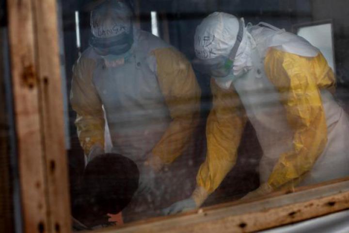 在伊圖里省的布尼亞鎮,穿上全副保護衣的醫護人員檢查懷疑感染伊波拉的病人 ©Pablo Garrigos/MSF