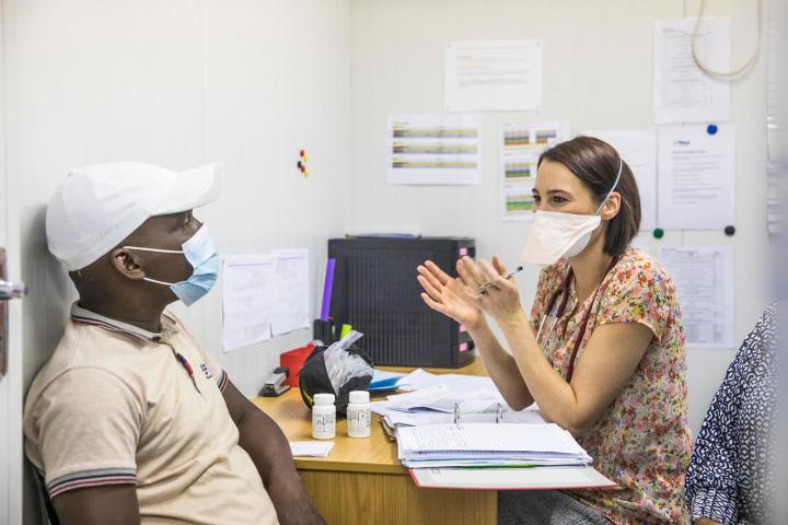 TB-PRACTECAL臨床試驗助理研究員鄧恩醫生為一名病人進行諮詢。©Oliver Petrie/MSF