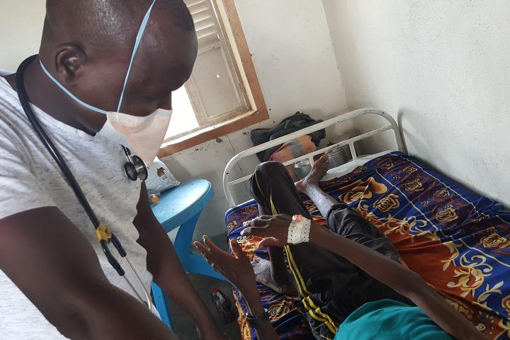 ©Amandine Colin / MSF 這名38歲的病人已經是第二次入院。他患有結核病,卻沒有正確跟從治療方案。針對這些病人,我們會加強病人支援和輔導,幫助他們面對療程。