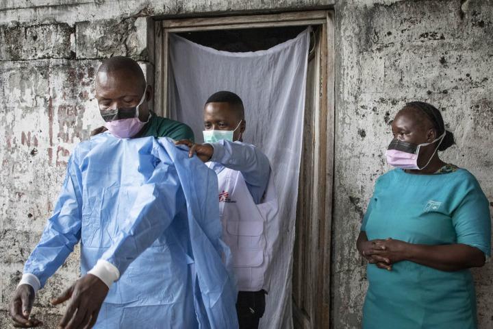 流行病學家在民主剛果訓練並協助當地醫護人員穿戴無國界醫生捐贈的防護設備。