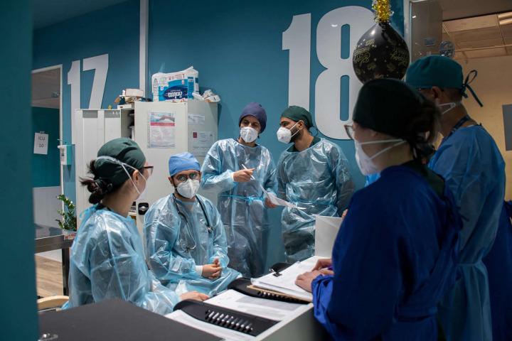 MSF團隊在巴格達金迪醫院交流患者最新情況。2021年2月攝於伊拉克。©Hassan Kamal Al-Deen/MSF