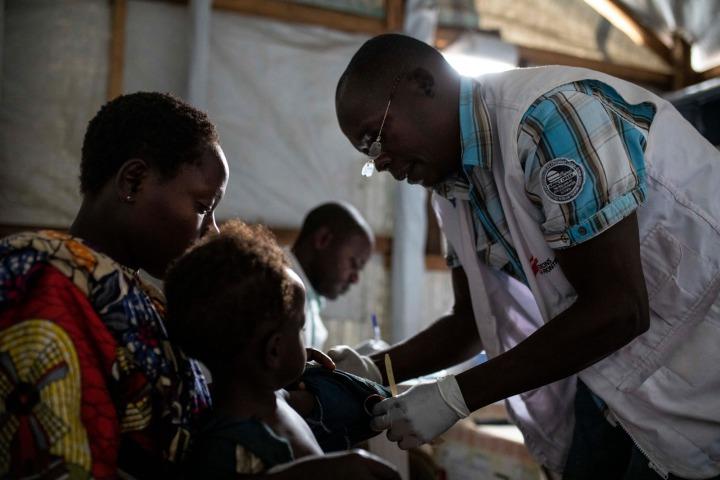 無國界醫生的護理師為罹患麻疹的小孩提供照護。©Pablo Garrigos/MSF