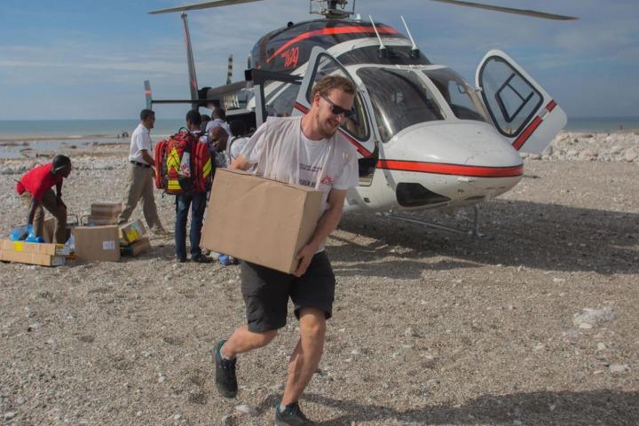 名無國界醫生的員工從海地太子港乘直昇機,運送為皮芒港裡的流動診所和醫院而設的物資。© Jeanty Junior Augustin