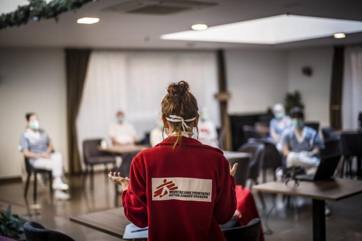 無國界醫生的行動團隊正在為比利時一間養護機構的員工進行簡報。© OLIVIER PAPEGNIES
