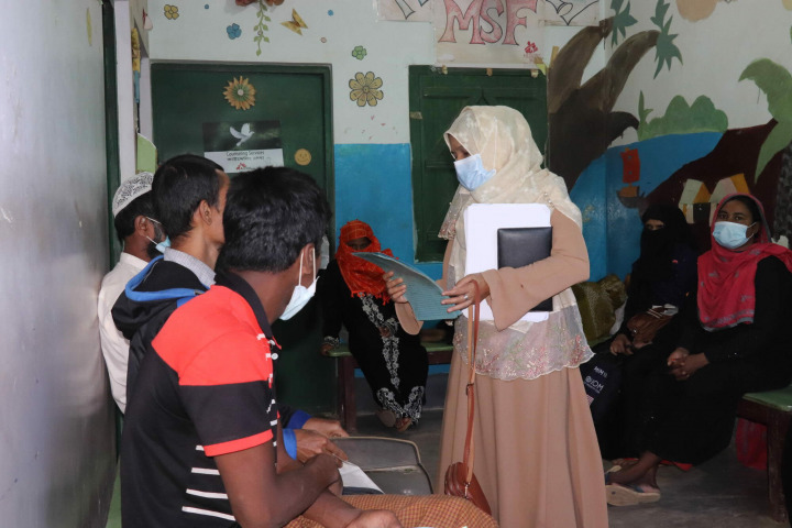 MSF在庫圖巴朗提供心理支援。健康督導正在確認等候中的病人,攝於2020年11月。© MSF/Farah Tanjee