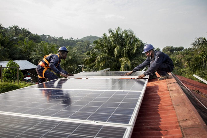 在基古盧布醫院裝設太陽能系統。©Pablo Garrigos/MSF