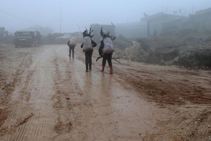 兩個少年揹著附近山區收集到的柴薪回到哈利姆營區。© MSF