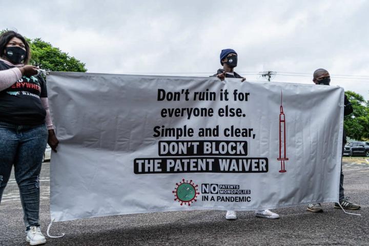 二月在南非,數家民間團體在澳洲大使館外抗議富裕國家阻擋放棄壟斷的提案。