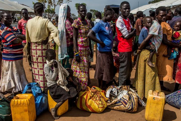 烏干達政府的資源日益緊張,當局每天只能為1500名難民進行登記,等待登記的個案愈積愈多。各個接待中心因此經常擠滿等待重新安置的人,幾乎不可能追上難民人口的增長。© Frederic NOY/COSMOS