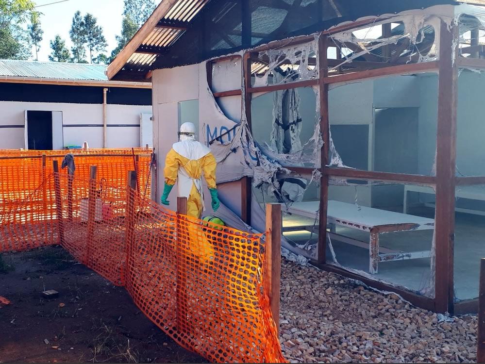 伊波拉治療中心遇襲,直接影響到伊波拉病人和當地社區。MSF認為,伊波拉應對措施的選擇權應交回病人和家屬手上,並應以社區的狀況為核心。©MSF