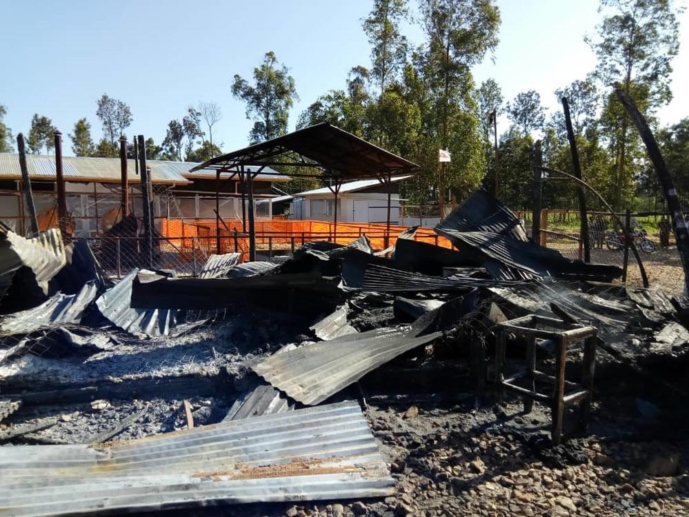2月24日夜間,MSF位於卡特瓦的伊波拉治療中心遭身分不明人士攻擊,局部設施被縱火燒毀,致使中心暫停運作。©MSF