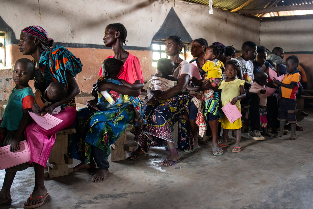 父母帶著孩子排隊等待注射麻疹疫苗。©Franck Ngonga/MSF