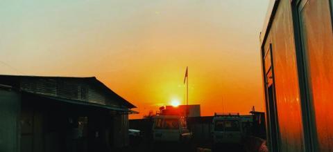 無國界醫生在班提烏的醫院,映照在南蘇丹瑰麗無比的斜陽下。© Rangi Sudrajat
