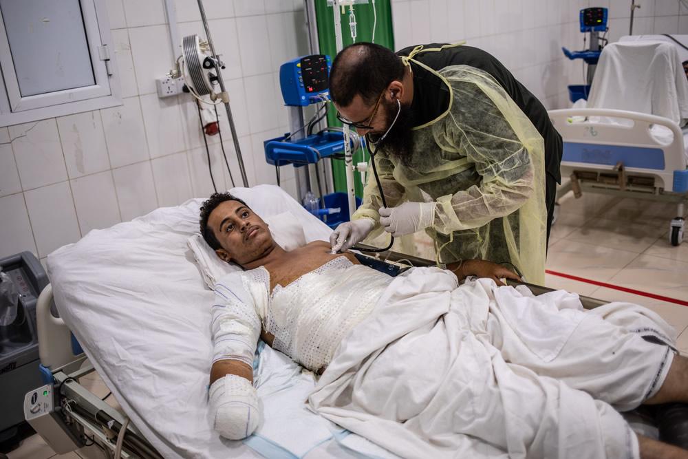 18歲的優素福在荷台達的「Kilo 16」地區被一枚反車輛地雷炸傷,事發當時他人在車裡。