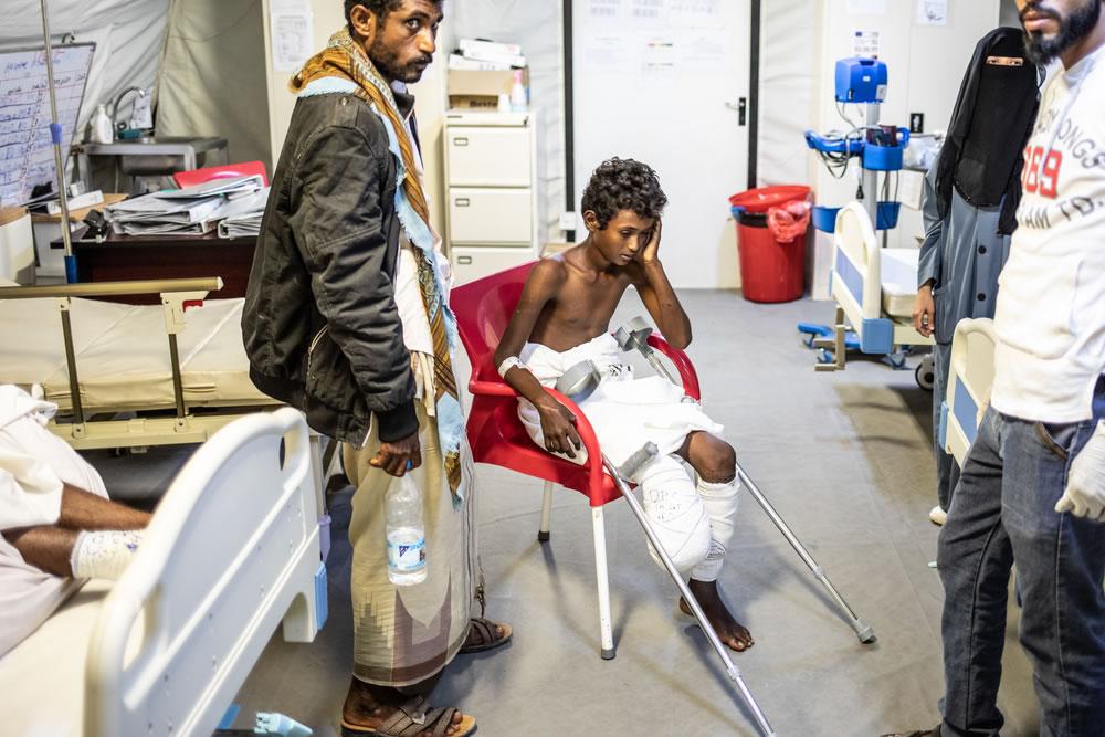 納瑟(中)和他的父親穆罕默德(左),攝於摩卡無國界醫生外科醫院的病房裡。©Agnes Varraine-Leca/MSF