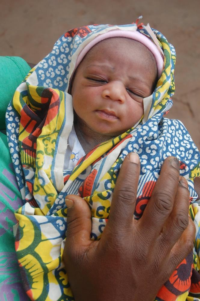 來自象牙海岸、34歲的媽媽古寧根(Gninguin)在1月1日上午9:02迎來自己的第五個孩子。