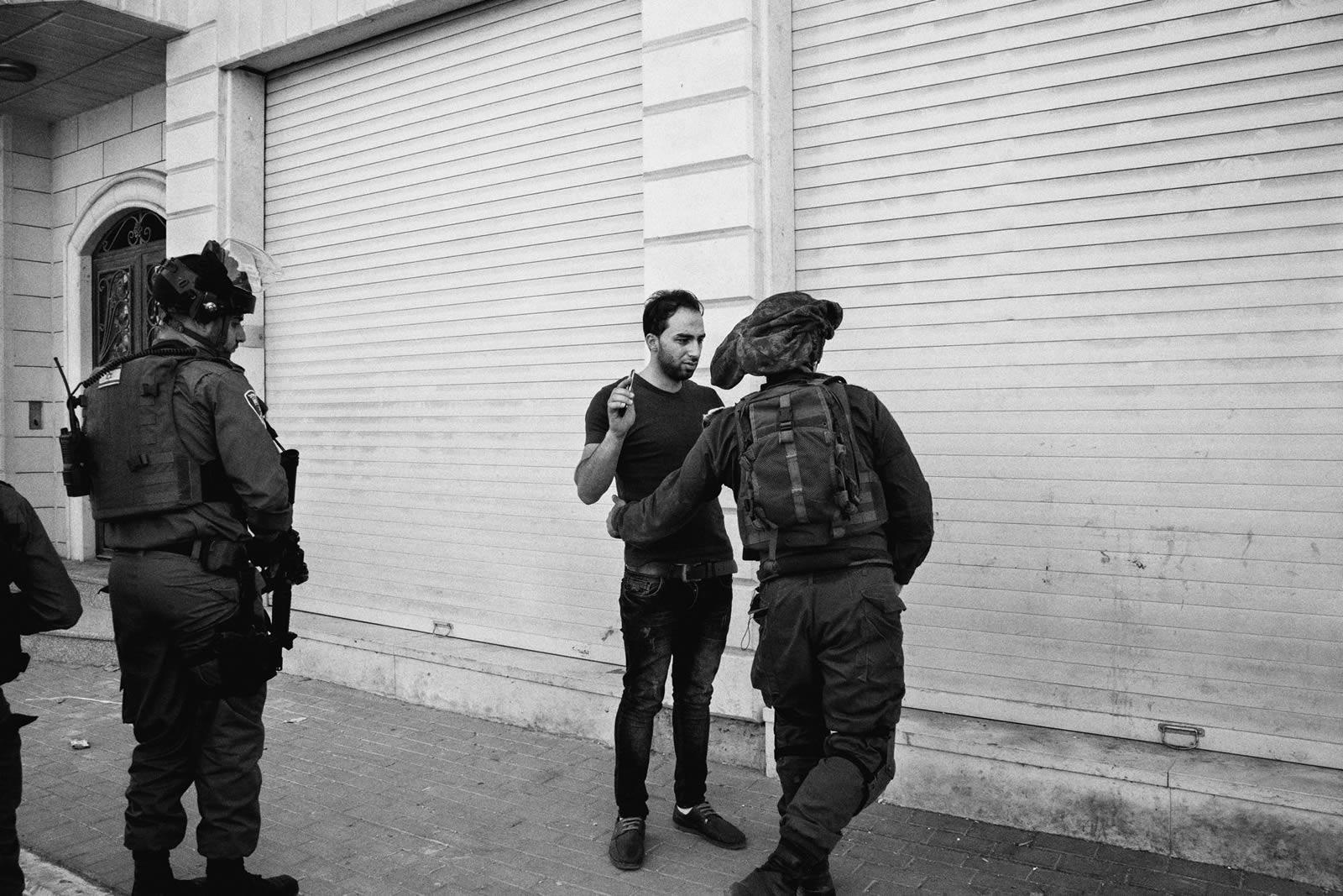 對巴勒斯坦人而言,檢查站是他們每天面對恐嚇和羞辱的地方,同時亦提醒著他們正生活在以色列的佔領下。© Moises Saman/Magnum Photos