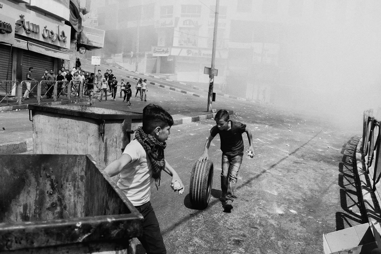 巴勒斯坦青少年居住於持續出現創傷事件的地方,令他們感到憤怒、擔憂,並對未來失去希望。© Moises Saman/Magnum Photos