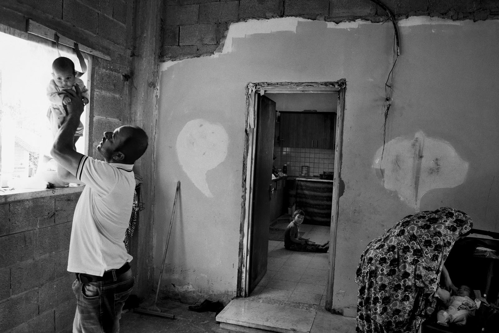 43歲的拉伊德是六名孩子的父親,在衝突中遭以色列軍人開槍擊傷,令他無法再工作以養活妻兒。他正受到憂鬱症狀的困擾。© Moises Saman/Magnum Photos