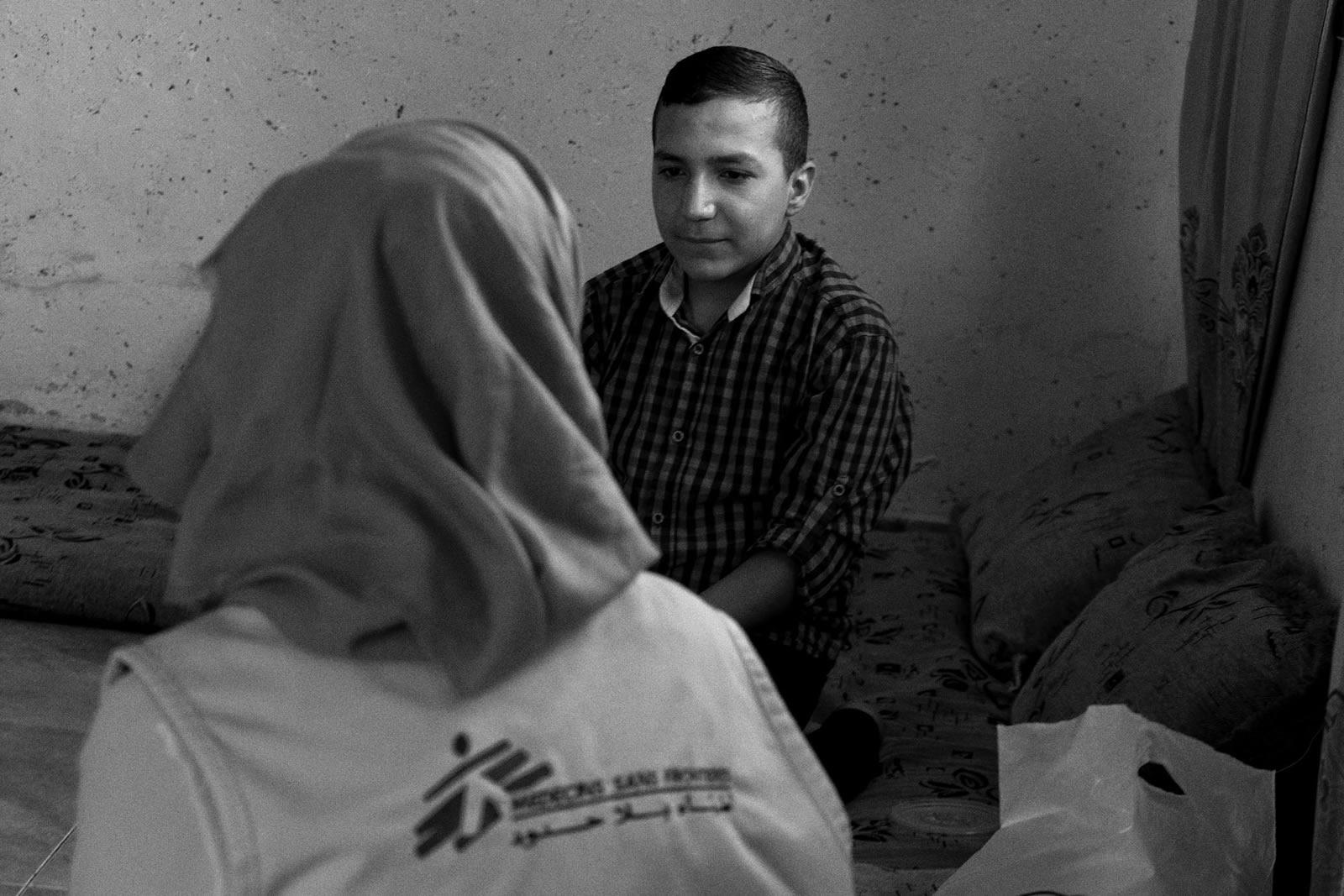 優素福的童年受暴力事件深深影響。現年13歲的他,以往總是感到憤怒、自我封閉,害怕踏出家門。接受過無國界醫生的精神健康照護後,他現在已能走向戶外,與其他人一同玩耍。© Moises Saman/Magnum Photos