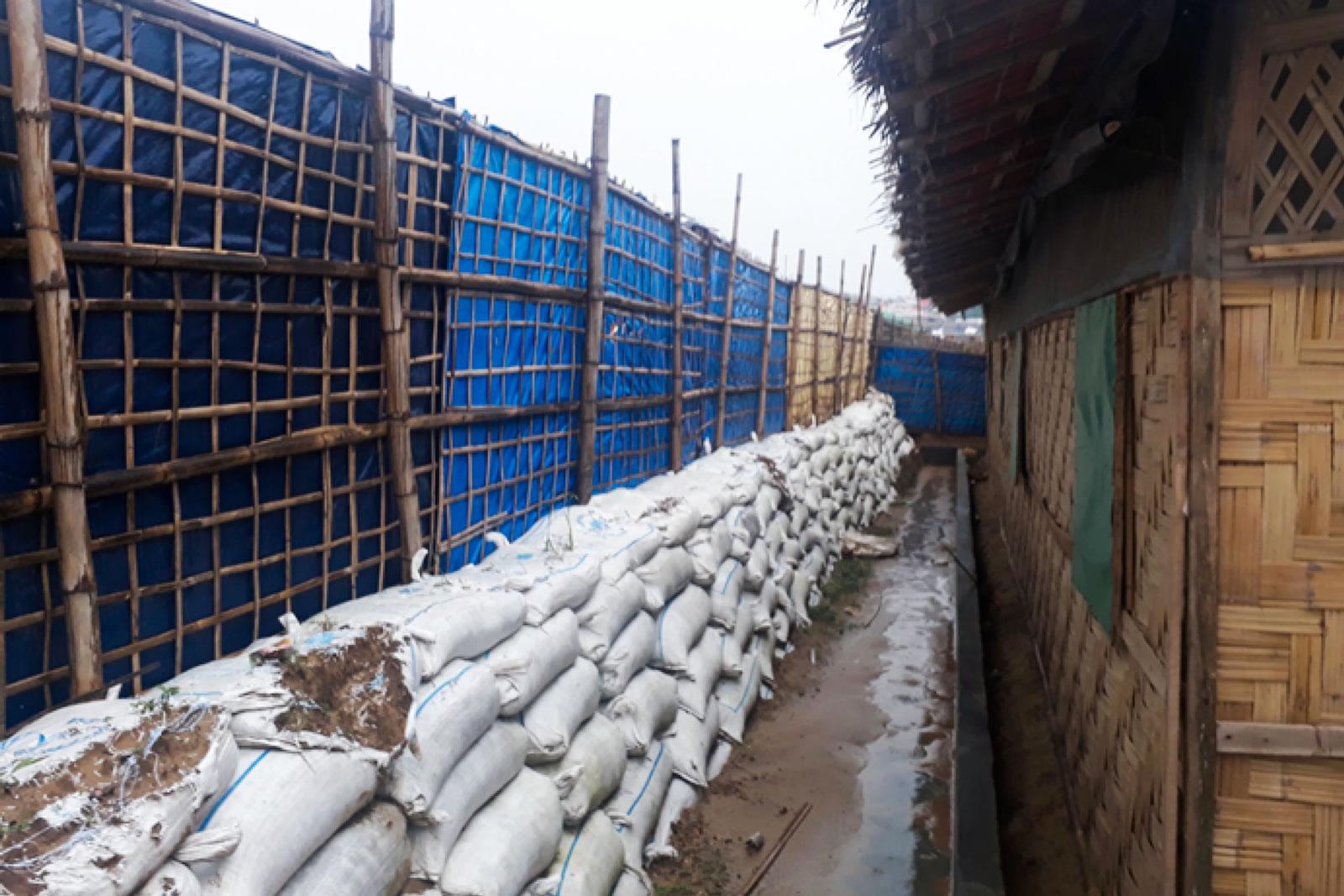 就像營區其他設施一樣,我們的醫療設施裡也用沙包來加固外牆,抵禦洪水和土石流。