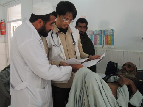 謝岳哲醫生於2012年加入無國界醫生,同年被派到阿富汗赫爾曼德省布斯醫院參與救援工作,為期超過9個月。© Laura Lee/MSF