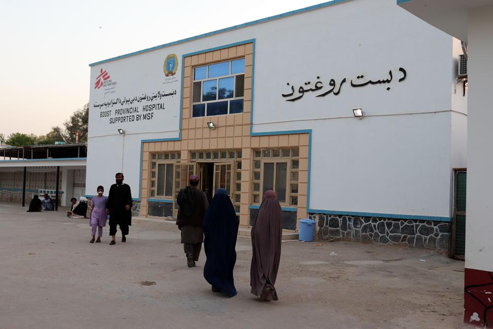 病患和照護者正走進布斯特醫院。位於阿富汗赫爾曼德省首府拉什卡爾加。