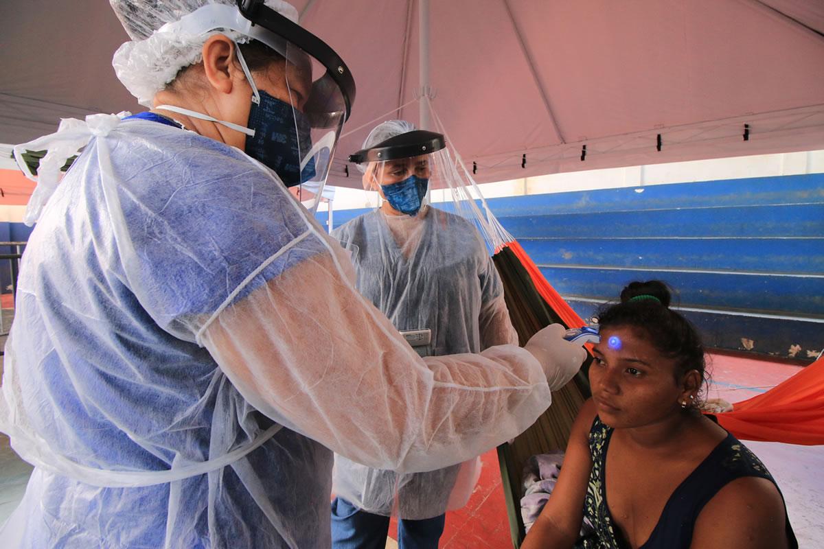 在隔離中心為瓦勞族婦女量測體溫