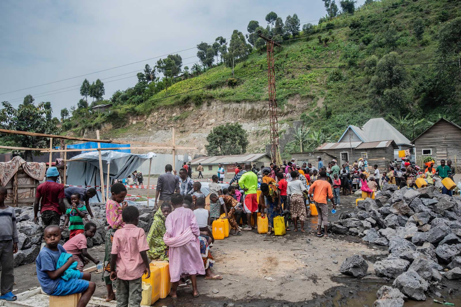 人們排隊等著分派的乾淨用水