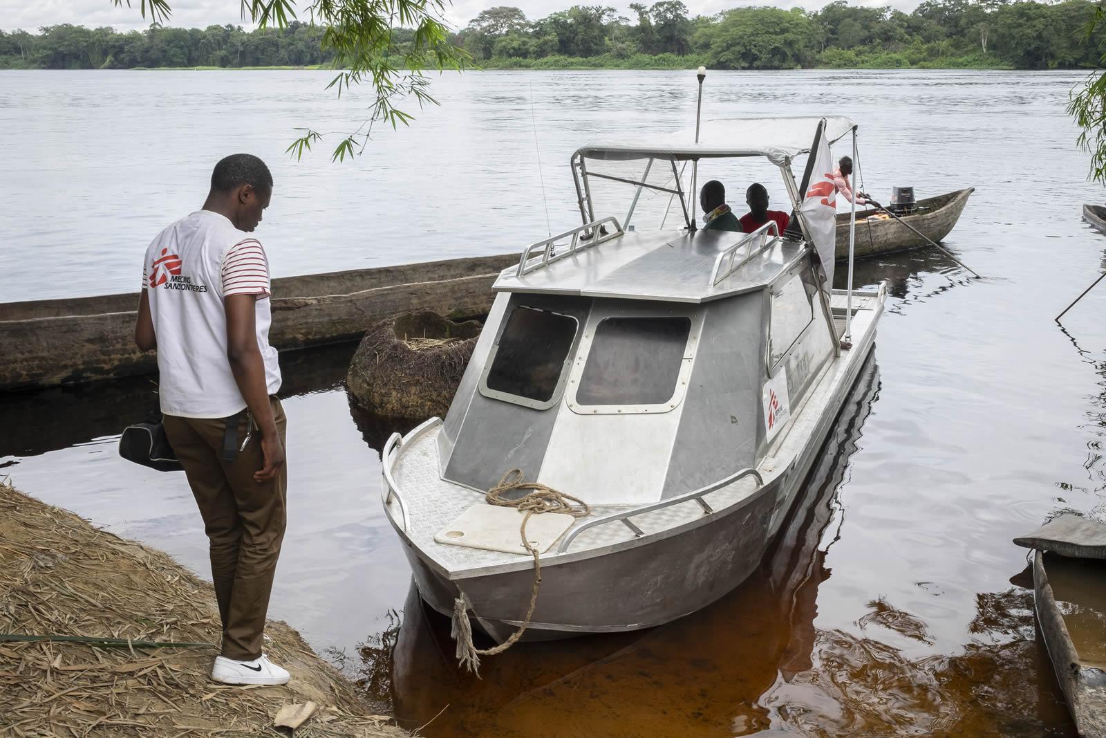 ebola-11-break-drc-boat-transport.jpg