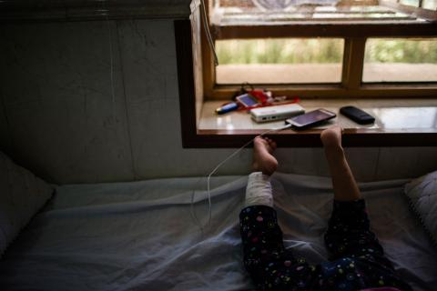 阿里的女兒迪瑪與家人逃離摩蘇爾過程中,遭地雷炸傷腿部,她的父親說她的康復進度良好。© Diego Ibarra Sánchez/MEMO