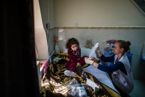 五歲的法騰被炸彈碎片傷及腿部,醫護人員每天為她清洗傷口及更換繃帶。© Diego Ibarra Sánchez/MEMO