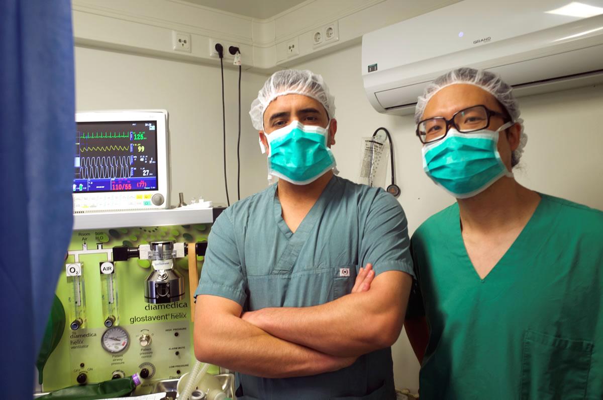 許彥鈞醫生與手術室的伊拉克同僚。