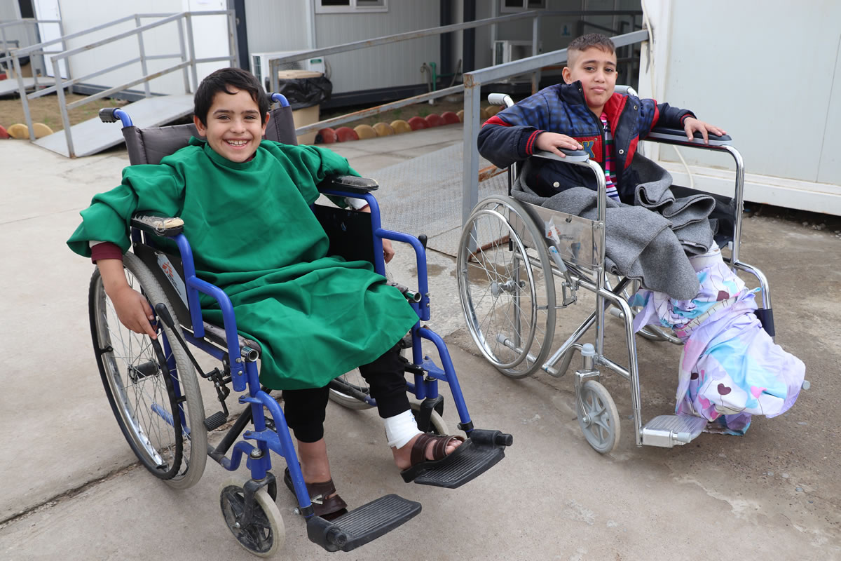 在醫院接受過手術的兩位小朋友。