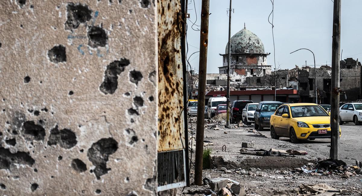 戰後百廢待興的摩蘇爾,損毀的建築中仍殘留許多詭雷和急造爆裂物等待清理。